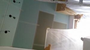 Voorbeeld van een badkamer plafond, waarbij de gipsplaten met gaasband gewapend worden, alvorens het vullen en afsmeren.